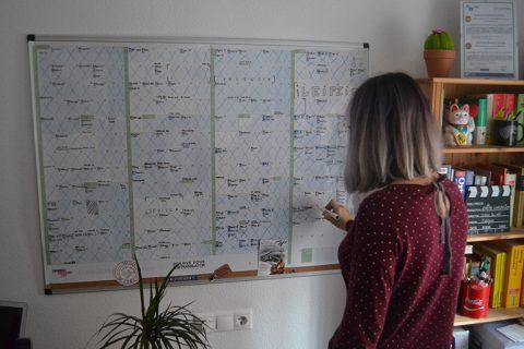 Calendarista calendario gigante entre corchetes