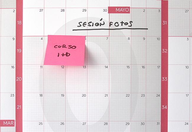 Detalle del calendario anual gigante 2020 impreso en papel